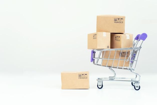 Scatole di carta in un carrello con carta di credito