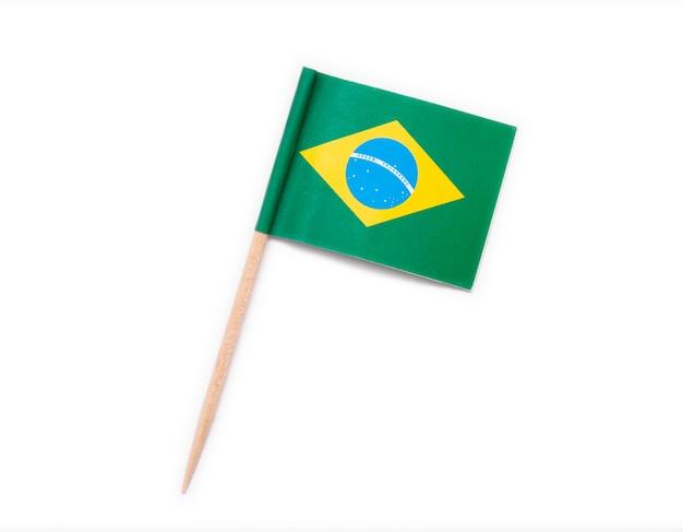 Bandiera di carta brasile su stuzzicadenti in legno isolato su sfondo bianco