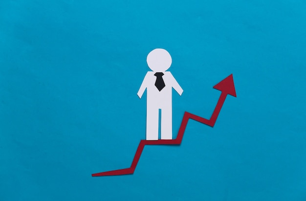 Uomo d'affari di carta sulla freccia di crescita. blu. simbolo di successo finanziario e sociale, scala di progresso. scala di carriera.