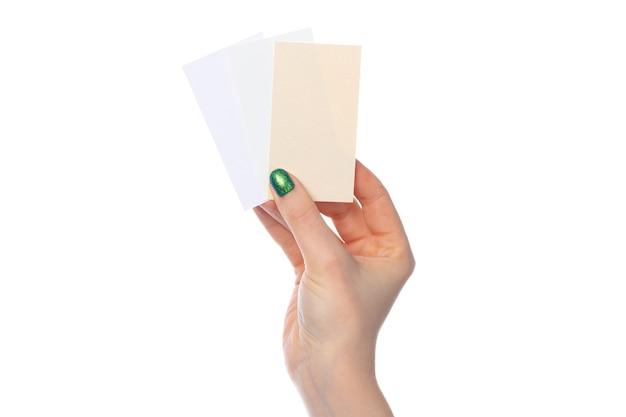 Schede di carta in mano femminile isolata su bianco