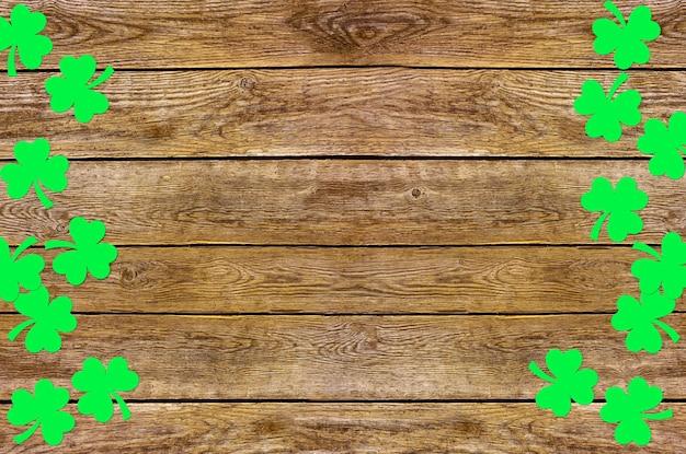Foglie di trifoglio di carta sul vecchio legno