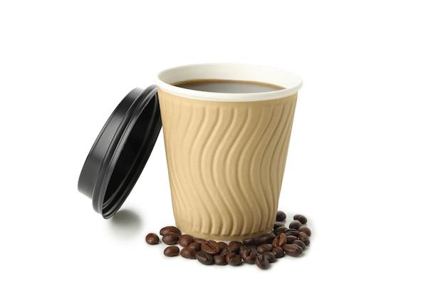Bicchiere di carta con caffè e semi isolati su bianco