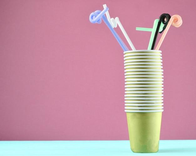 Pila di bicchieri di carta con tubi da cocktail