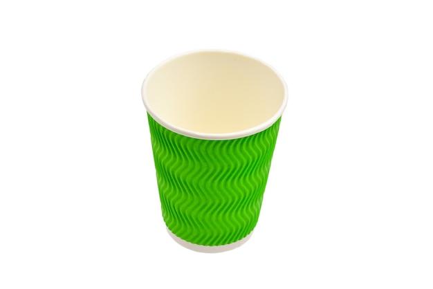 Bicchieri di carta per varie bevande. rosso, verde, marrone. bicchieri di carta vuoti. isolato su bianco.