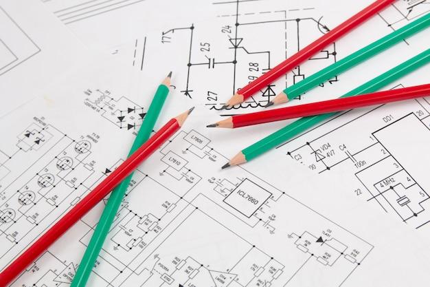 Disegni e matite di carta di ingegneria elettrica