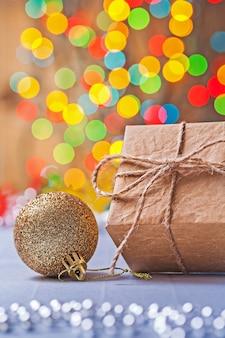 Confezione regalo in carta e palla di natale dorata
