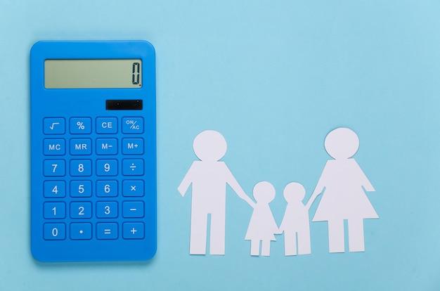Famiglia felice di carta insieme alla calcolatrice sull'azzurro. calcolo delle spese familiari, budget