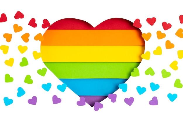 Cuore di carta con strisce di colore arcobaleno simbolo del gay pride lgbt. amore, diversità, tolleranza, concetto di uguaglianza