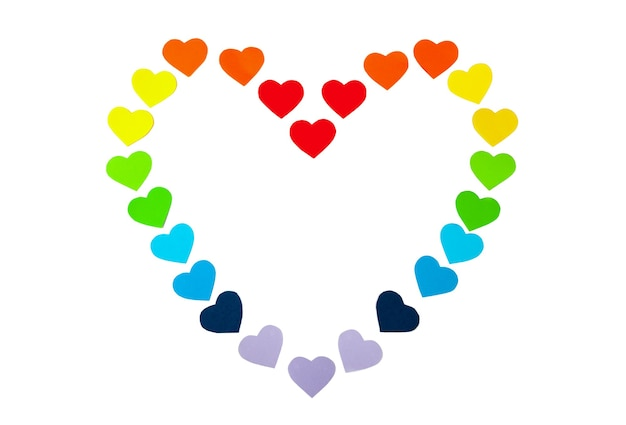 Cuori di carta a forma di cuore isolato su sfondo bianco. colori dell'arcobaleno. san valentino. simbolo lgbt