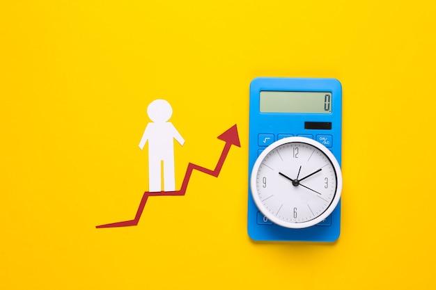 Uomo di carta su freccia di crescita, orologio e calcolatrice
