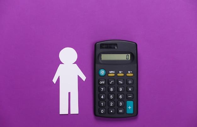 Uomo di carta con calcolatrice su viola