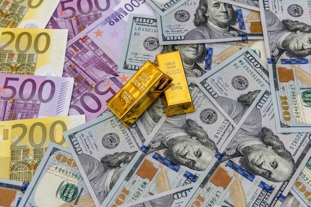 Carta moneta e lingotto d'oro, da vicino
