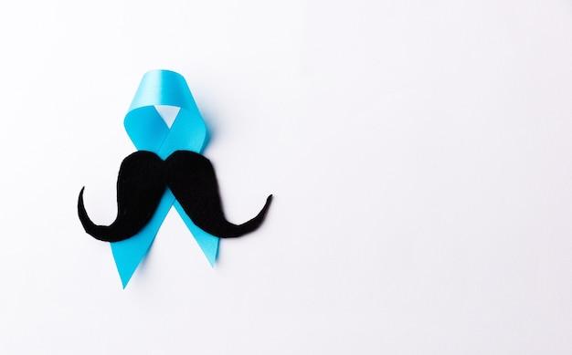 Baffi di carta e nastro azzurro