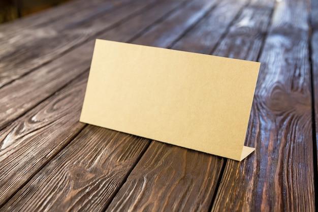 Targhetta di carta sulla vecchia tavola di legno
