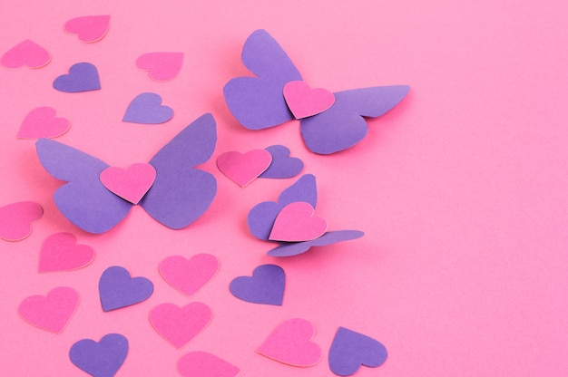 Dettagli di carta rosa e viola cuori isolati