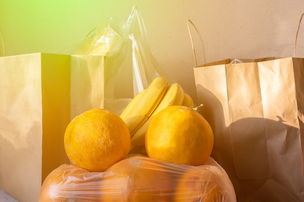 Pacchetti di sacchetti di carta e plastica con cibo in tavola