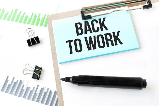 Piatto di carta, pennarello, diagramma, grafico e strumenti per ufficio. torna al lavoro