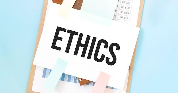 Piatto di carta con testo etica. diagramma, blocco note e sfondo blu