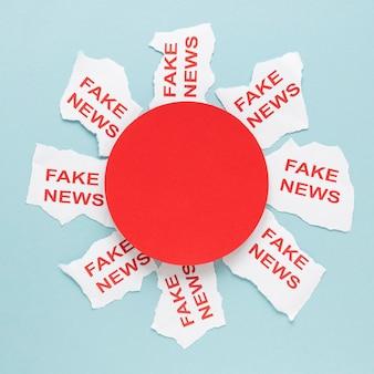 Raccolta di fogli di carta con messaggio di notizie false