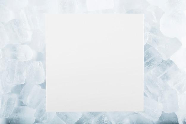 Foglio di carta su cubetti di ghiaccio