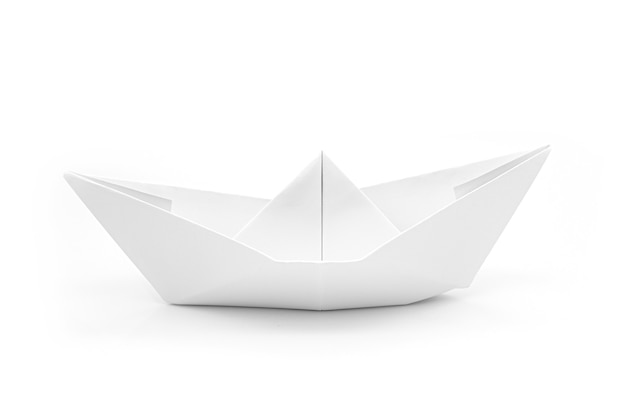 Nave di carta come origami isolato su bianco