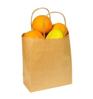 Sacchetto della spesa di carta pieno di agrumi isolati su sfondo bianco. arance mature, limone e pompelmo.