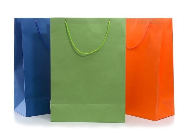 Sacchetti della spesa di carta isolati su bianco