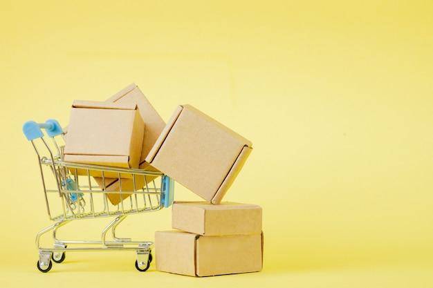 Sacchetti della spesa di carta in un carrello della spesa sulla stanza gialla