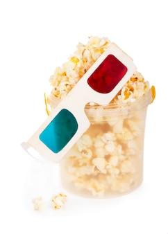 Secchio a strisce di carta con popcorn e occhiali 3d isolati su sfondo bianco con tracciato di ritaglio.