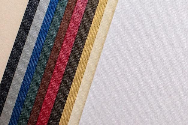 Texture di carta. belle strisce multicolori e sfondo bianco. sfondo texture