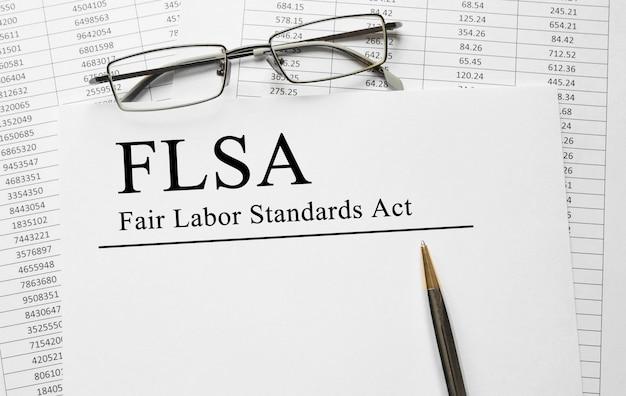 Documento con fair labor standarts act flsa su un tavolo