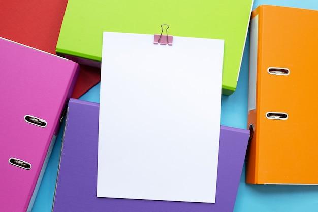 Carta con cartelle per ufficio su sfondo blu. vista dall'alto