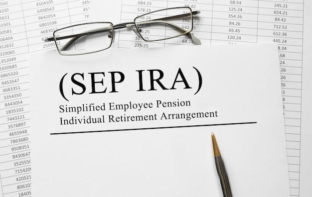 Documento con regime pensionistico individuale semplificato per la pensione dei dipendenti sep ira su un tavolo
