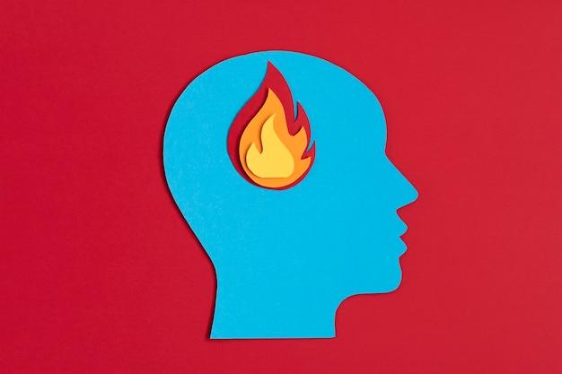 Testa di papercut con fuoco dentro burnout, psicologia, stress, concetto di malattia mentale