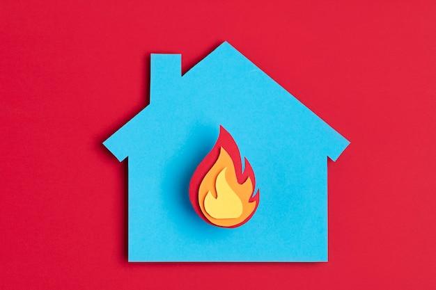 Casa papercut con fuoco dentro burnout, psicologia, stress, concetto di malattia mentale