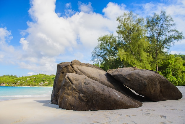 Vista del paradiso della spiaggia delle seychelles con rocce