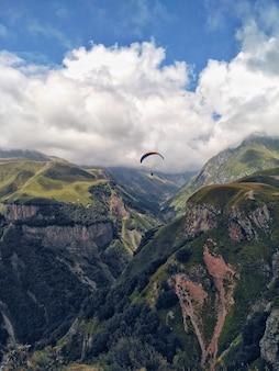 Il parapendio vola sopra le montagne