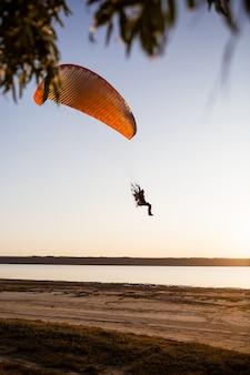 Volo in parapendio al tramonto