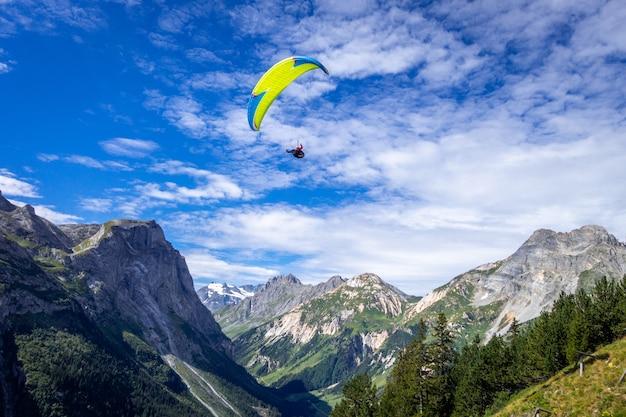Parapendio sulle montagne pralognan nel parco nazionale della vanoise, francia
