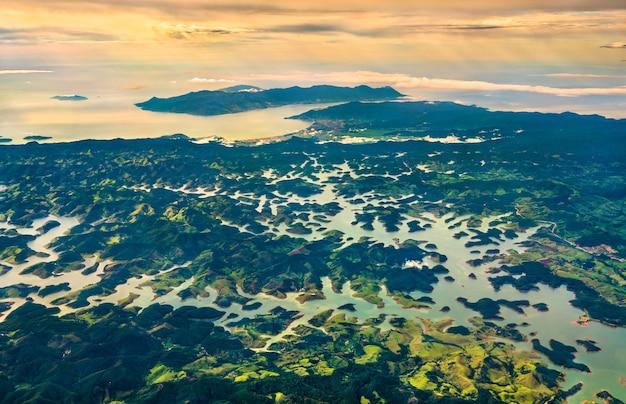 Il fiume paraibuna all'interno delle montagne della serra do mar nello stato brasiliano di san paolo
