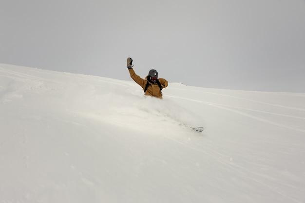 Snowboarder paralimpico a cavallo sulla collina coperta di neve tenendo una mano nella famosa località turistica di gudauri in georgia