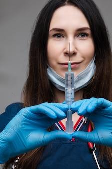 Paramedico con la siringa del farmaco. covid19. covid-19 o coronavirus.