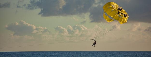 Dettaglio banner parasailing, immagine banner con spazio di copia