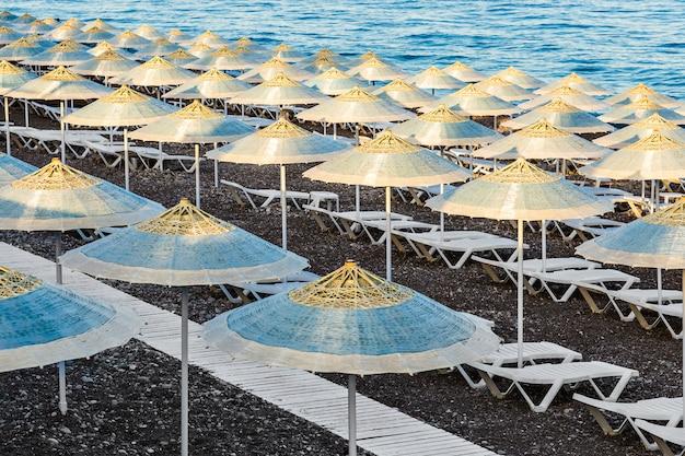 Ombrellone e lettini in spiaggia