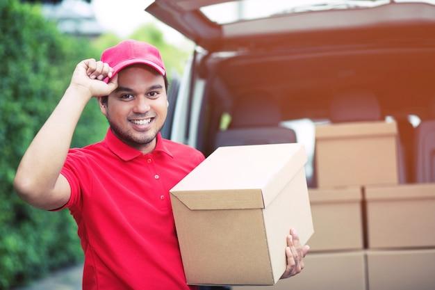 Addetto alla consegna di un pacco tramite un servizio di invio a domicilio. consegnare la mano