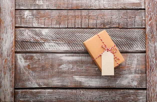 Confezione regalo pacchi su superficie in legno