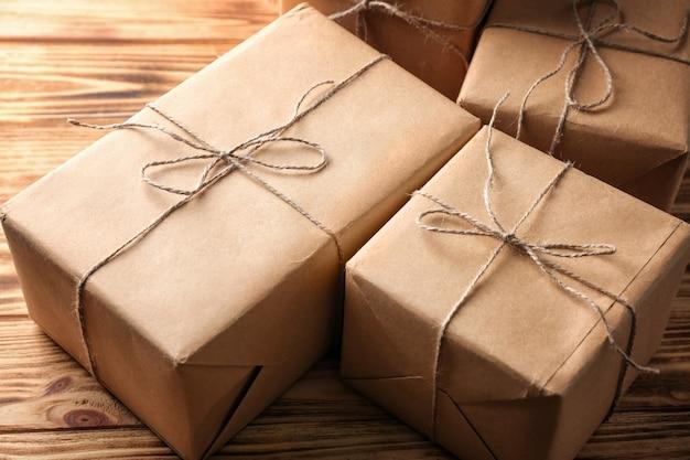 Scatole regalo per pacchi sul tavolo di legno, primo piano