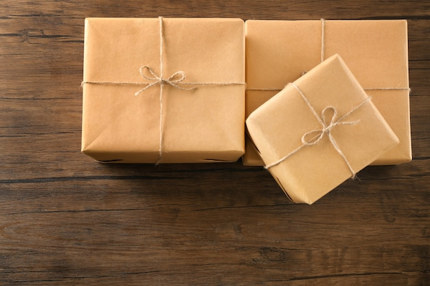 Scatole regalo di pacchi sulla tavola di legno