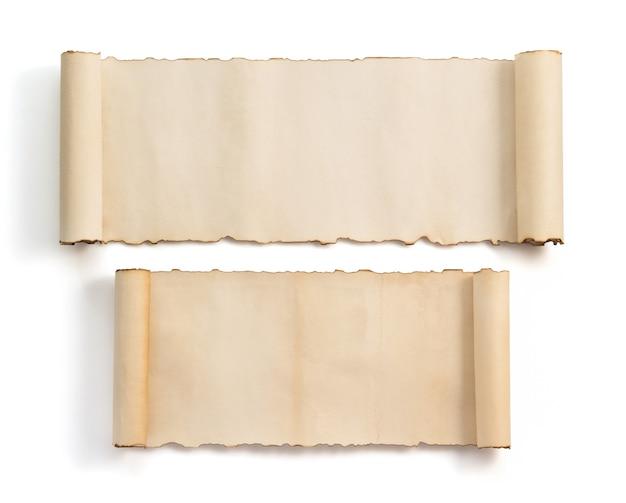 Rotolo di pergamena isolato su sfondo bianco