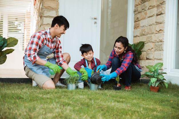 Attività di giardinaggio del figlio e del genitore all'aperto nella casa estiva